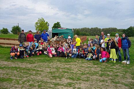 Eine Schulklasse zu Besuch auf dem Lottihof.