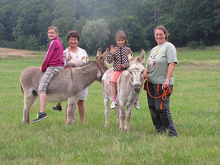 Esel Lotti und Darwin mit Kindern