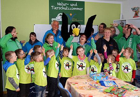 Kindergruppe im Tierschutzzimmer auf dem aktion tier LOTTIHOF