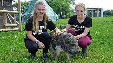 Janne (re.) und Sarah Michelle (li.) auf dem Lottihof