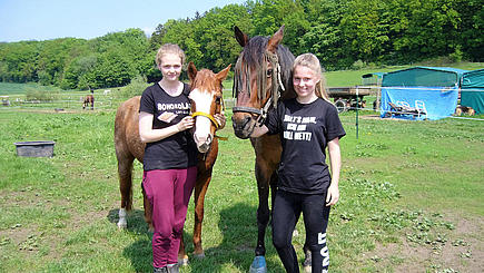 Janne (li.) und Sarah Michelle (re.) auf dem Lottihof.