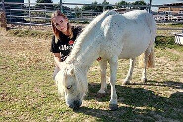 Theresa bei der Arbeit mit den Pferden