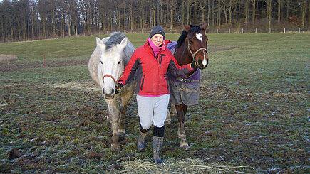 Tierpflegerin mit Pferd