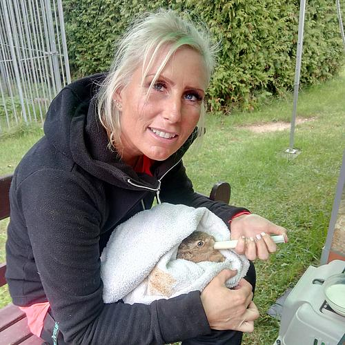 Doreen Huff vom aktion tier Lottihof beim Fütterungsritual.