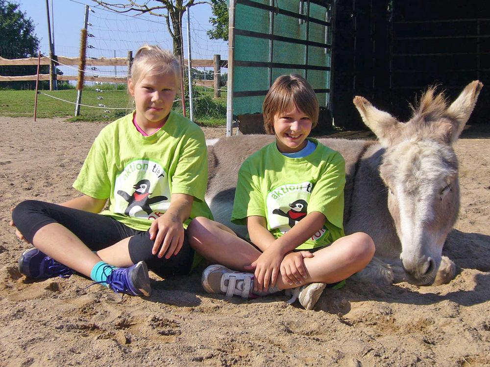 Kinder mit Esel Darwin auf dem Lottihof